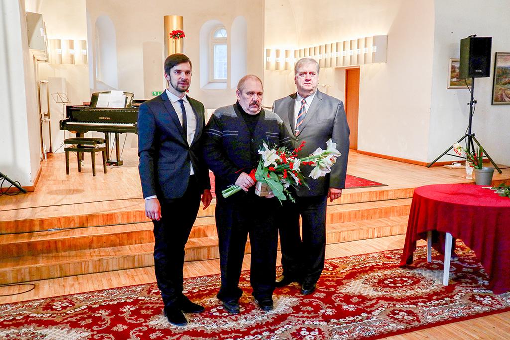 831e0bf822e Tõrva valla aasta isa Urmas Kivit (keskel), vallavanem Maido Ruusmann  (vasakul) ja vallavolikogu esimees Enn Mihailov. Foto: Tõrva VV